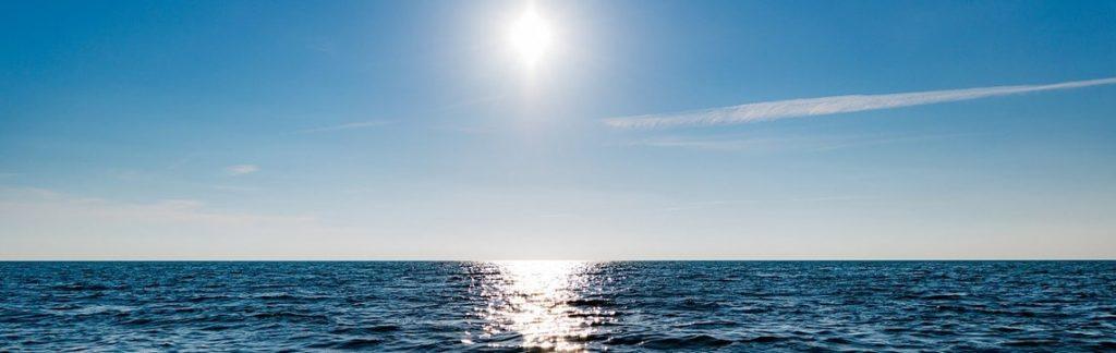 Przykład oślepiającego słońca gdzie przydatne są okulary z polaryzacją.